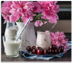 Herdabdeckplatte Milch mit Kirschen zum Frühstück mit rosa Blumenarrangement – Bild 1