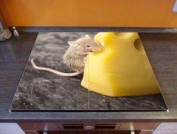 Herdabdeckplatte Süße Maus knabbert an einem Käse in der Küche – Bild 2