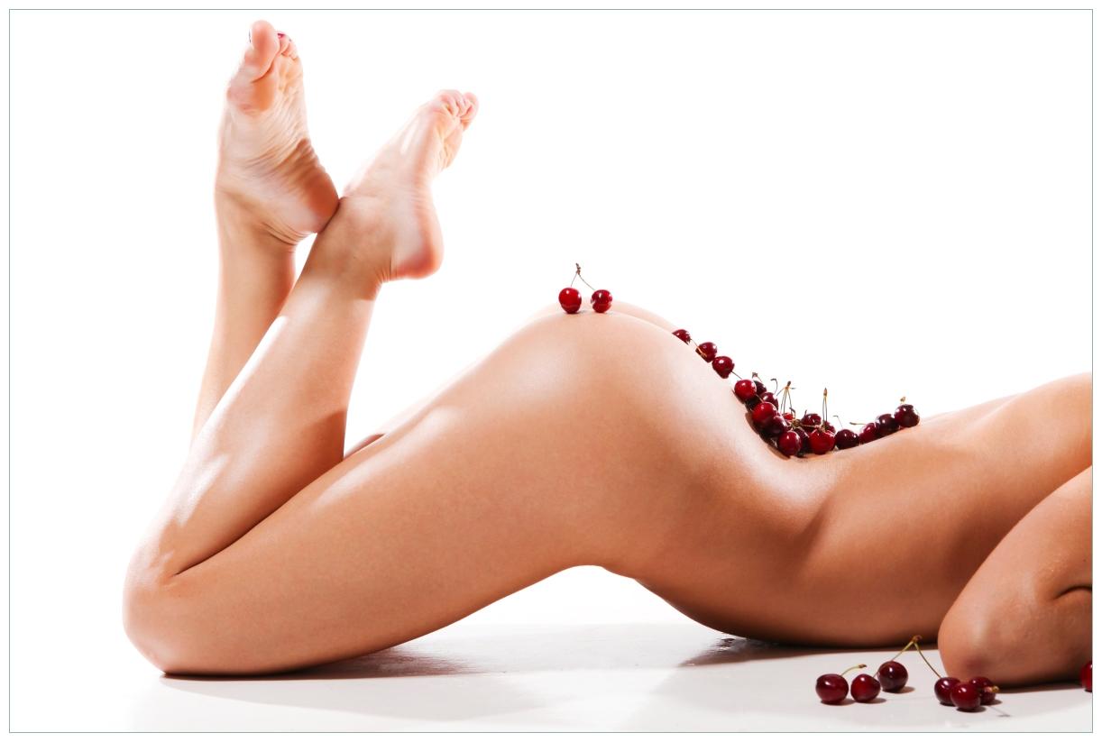 Vliestapete Kirschen auf dem Rücken einer nackten Frau – Bild 1
