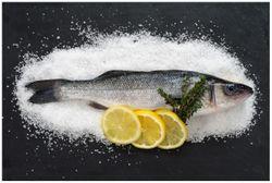 Vliestapete Fischmenü - Frischer Fisch auf Salz mit Zitronen – Bild 1