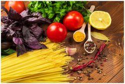 Vliestapete Italienisches Menü mit Spaghetti, Tomaten, Basilikum und Gewürzen – Bild 1