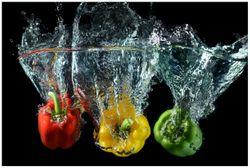 Vliestapete Paprika-Mix - frische Paprika in rot, gelb und grün im Wasser – Bild 1