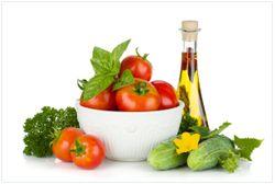 Vliestapete Frische Salatzutaten mit Kräuter-Öl - Tomaten, Gurke, Petersilie – Bild 1