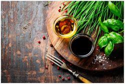 Vliestapete Kräuter (Basilikum, Schnittlauch), Öle und Gewürze auf Holzbrett in der Küche – Bild 1