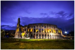 Vliestapete Italien bei Nacht - Kollosseum in Rom, beleuchtet am Abend – Bild 1