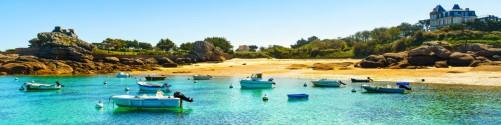 Küchenrückwand Französische Bucht mit klarem Wasser und Booten