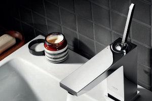 eckiger Wasserhahn mit Waschbecken