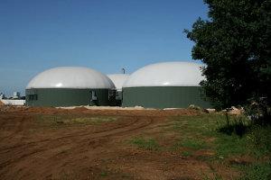 Biogasanlage neben einem Feld