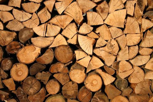 Gestapeltes Brennholz welches in der Mitte ein Herz bildet