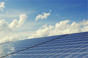 Solaranlage unter blauem Himmel