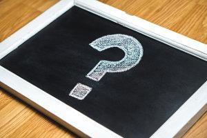 Tafel mit Fragezeichen