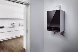 Moderne Heizung mit Küche im Hintergrund