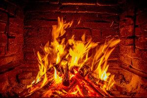 Feuer in Backsteinmauer
