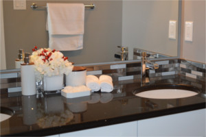 Waschbecken mit Spiegel und Dekoration