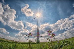 Windkraftrad mit Sonne und blauen Himmel