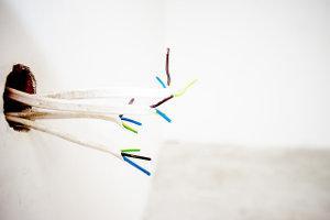 Kabel, die aus der Wand rangen