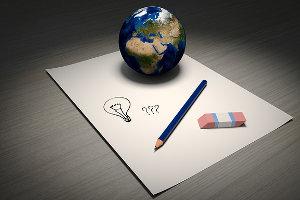 Blatt Papier auf dem Stift, Radiergummi und ein kleiner Globus liegen