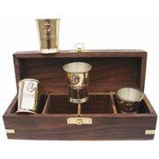 Schnapsbecher-Set in edler Holzbox mit Messingverzierung 001