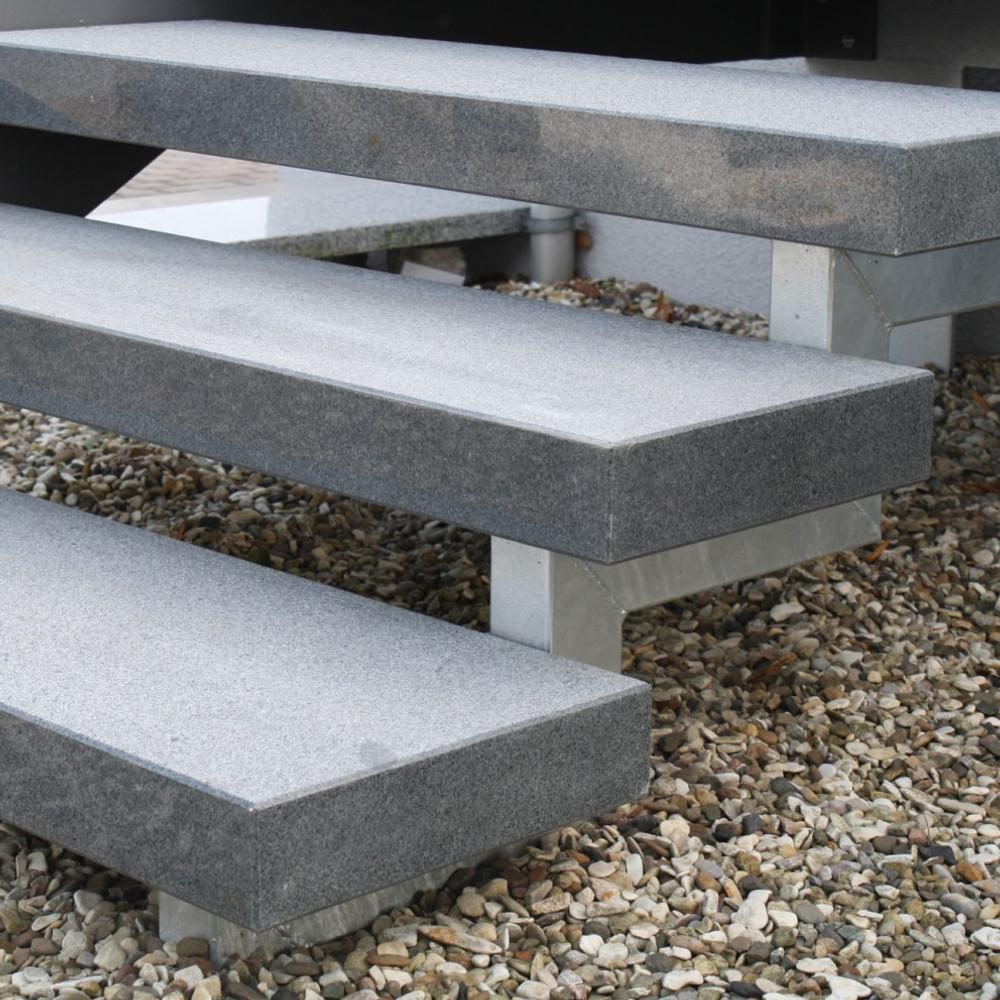 Treppenstufe Stufe aussen Granit Dunkel geflammt 200x35x8cm