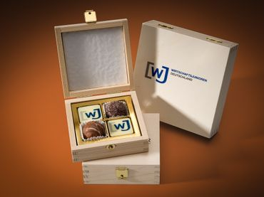 2 Foto Pralinen mit 2 Trüffel Pralinen in 4er Holz-Box Foto-Etikett