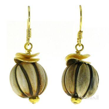Ohrschmuck aus geschnitzter Hornperlen mit vergoldeten Scheiben
