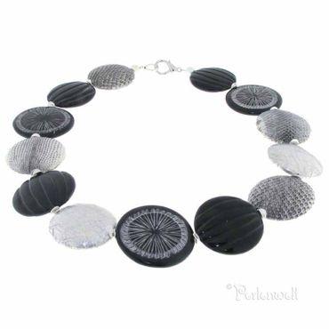 Halskette aus Schlangenleder und geschnitztem Horn, schwarz/silbrig