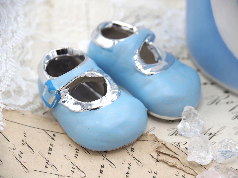 Babyschuhe Hellblau Silber Streudeko Tortenaufsatz Junge Taufe Tischdeko Keramik