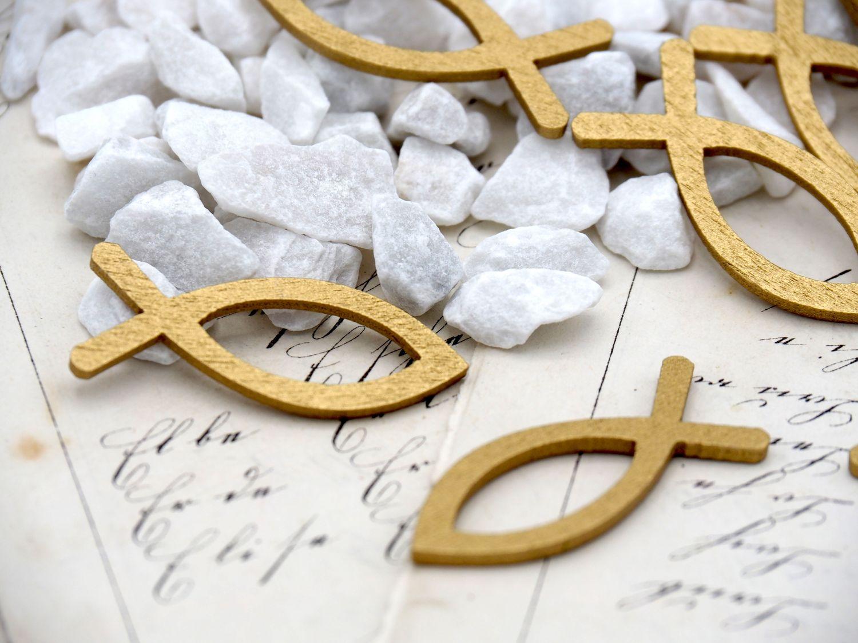 Streudeko Granulat Weiß mit Fischen Holz Gold Kommunion Konfirmation Tischdeko
