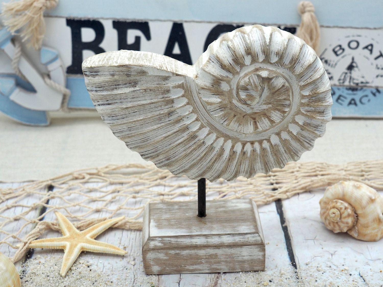 Figur Muschel auf Ständer Ammonit Aufsteller Tischaufsteller Holz Weiß Tischdeko Maritime Deko