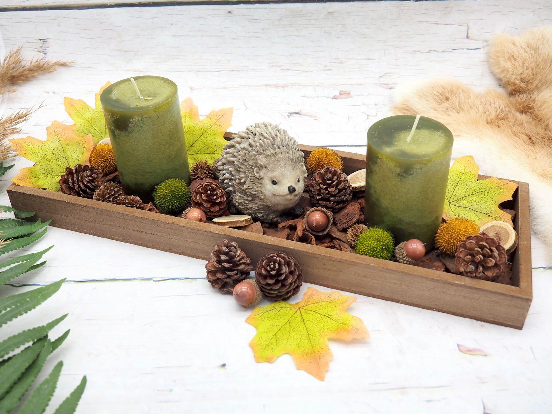 Herbst Tablett aus Holz dekoriert mit Kerzen, Streudeko und einem Igel als Tischdekoration