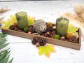 Herbst Tablett aus Holz dekoriert mit Kerzen, Streudeko und einem Igel als Tischdekoration 2