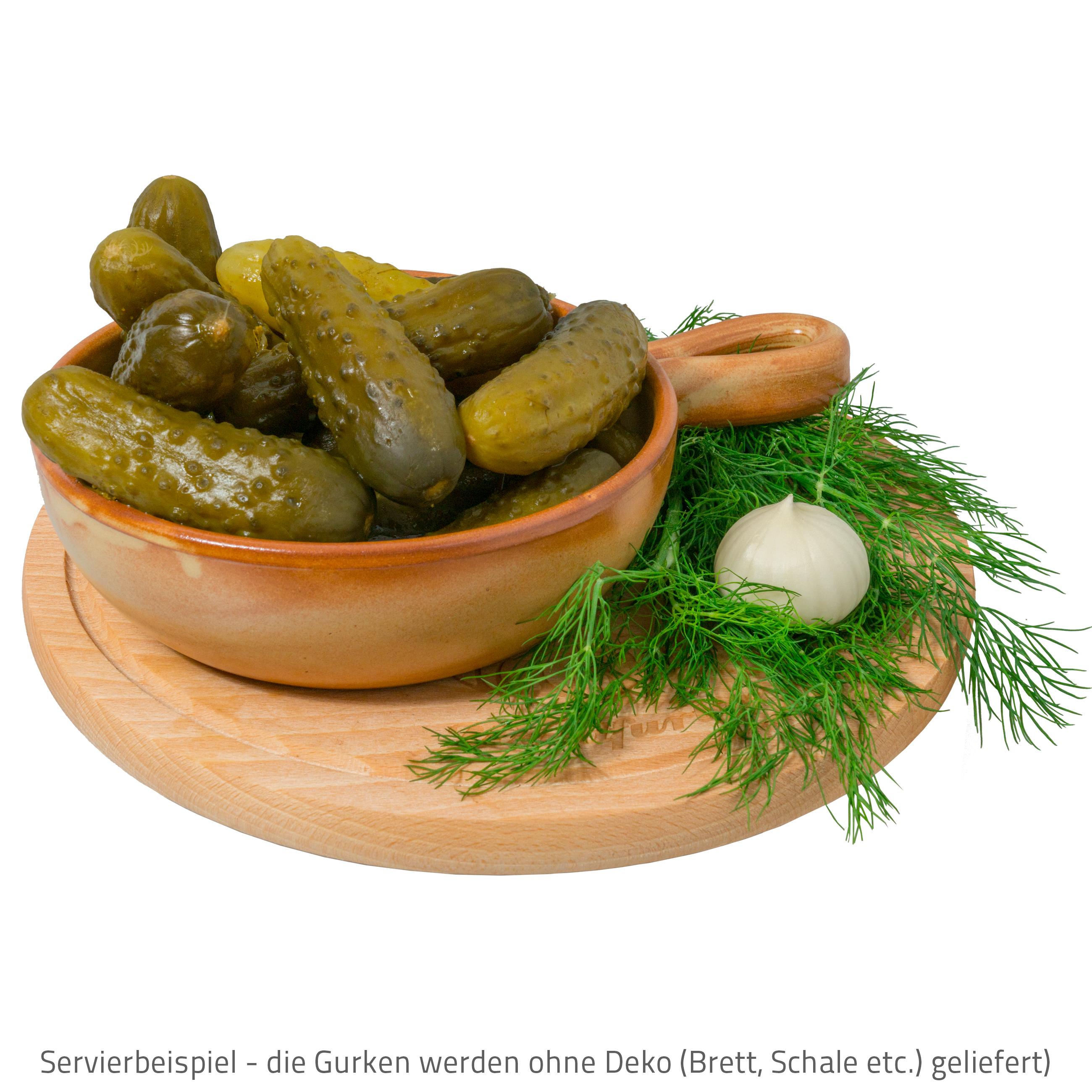 Polnische Salzgurken vom Fass (Auch als Sauergurken bekannt) mit Knoblauch und Dill fein zubereitet.