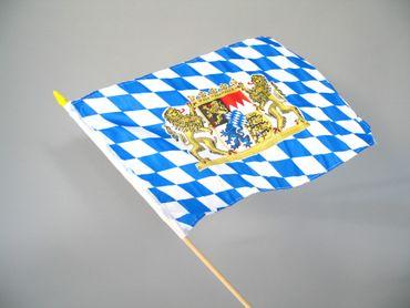 Bayernfahne mit Wappen und Holzstab