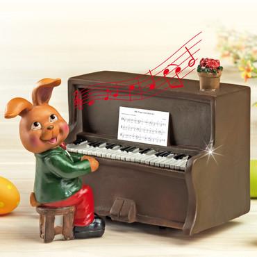 Deko-Hase am Klavier