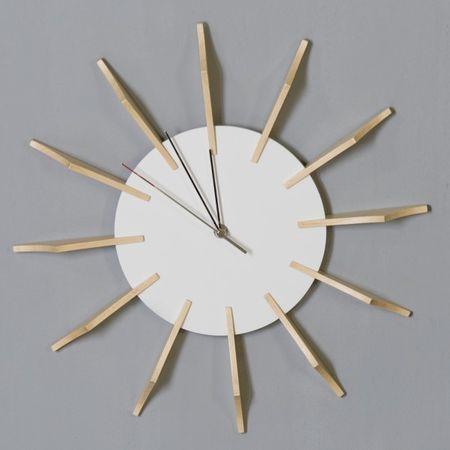 Uhr Carve Wanduhr mit silberbenen Zeigern und Holzelementen
