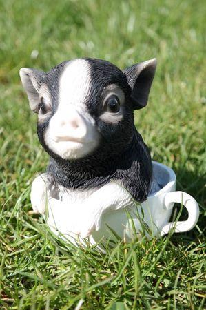 Schwein in Tasse dunkel 15 cm Figur Garten Tier Gartenfigur Sau