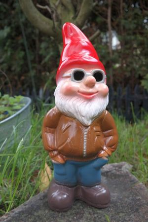 Gartenzwerg Cool Kai aus bruchfestem PVC Zwerg - Made in Germany Figur – Bild 1