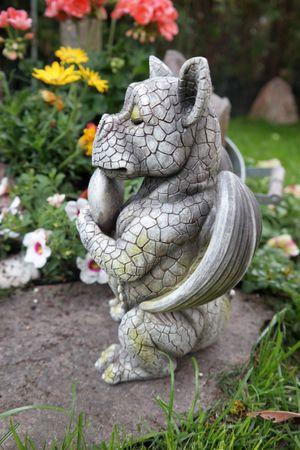 Drachenkind verliebt mit Herz Drache Figur Gartenfigur Liebe – Bild 5
