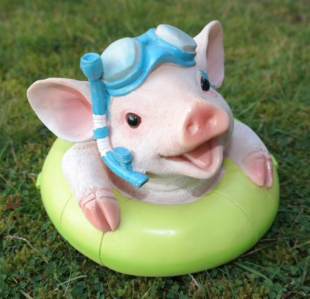 Schwimmfigur Schwein im Schwimmring Gartenfigur Garten Figur Skulptur Pool