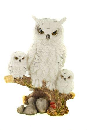 Eulenmama mit ihren beiden Kindern auf Ast weiss Uhu Tierfigur Figur Vogel