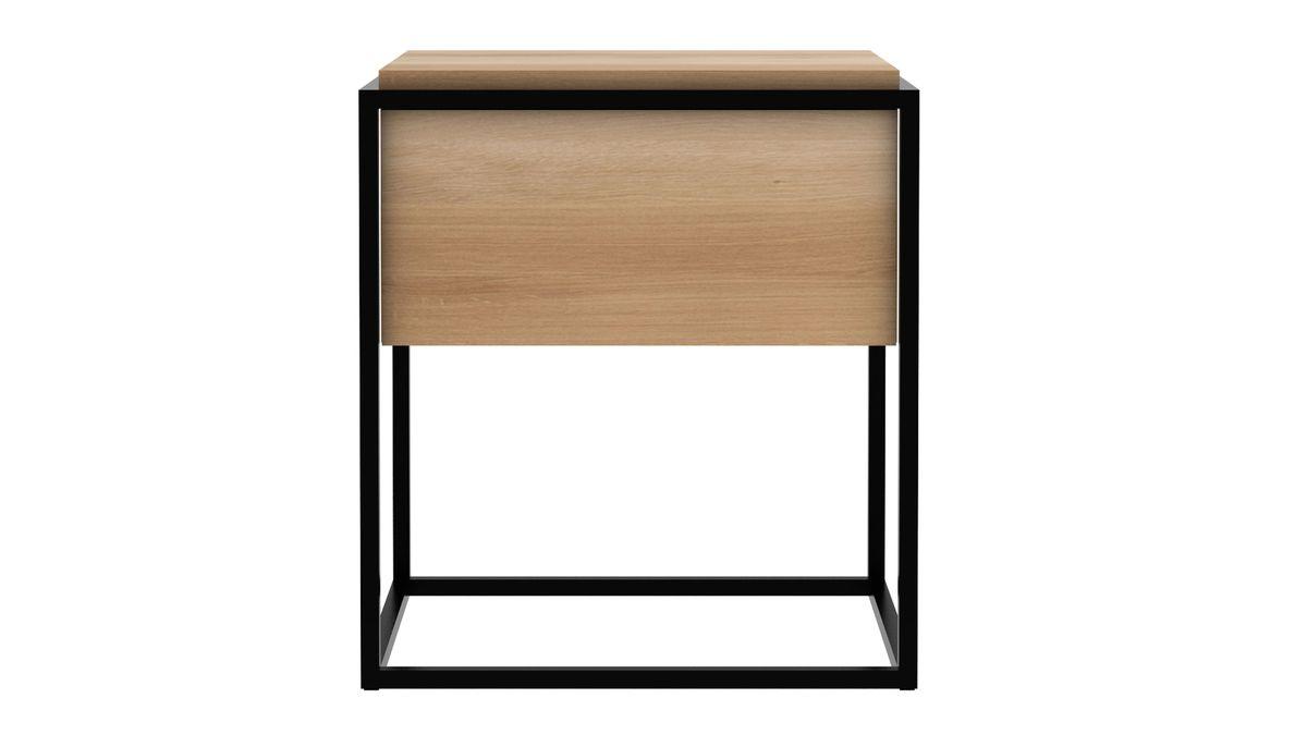 Die kontrastreichen Eigenschaften des Monolit Beistelltischs, machen das Möbelstück zu einem idealen Tisch, um Dinge zu präsentieren, darauf abzulegen oder in seinem Inneren zu verstauen. Der Ethnicraft Beistelltisch der Serie Monolit besticht durch perfekte Verarbeitung und klares Design.