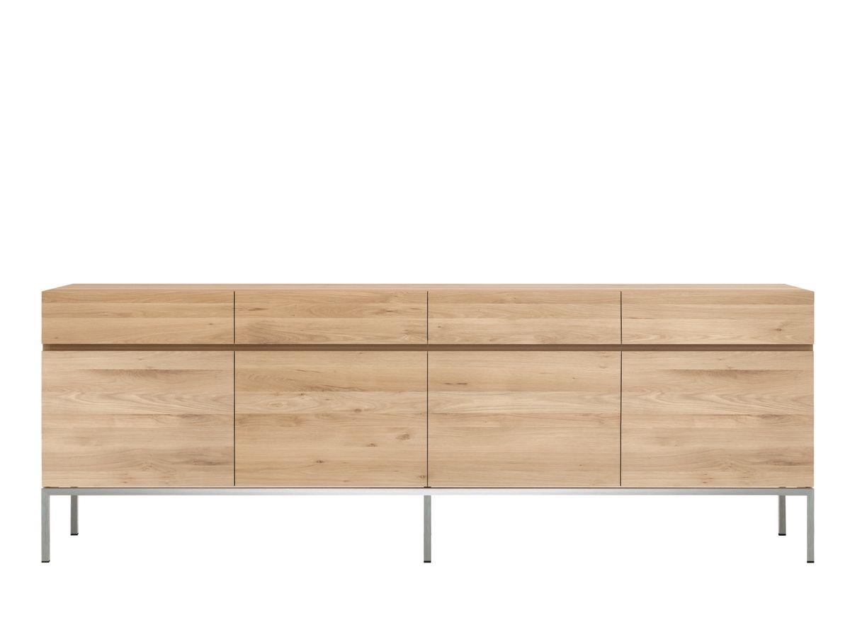 Ein klarer, puristischer Look mit rostfreien Metallfüßen. Das Ligna Sideboard von Ethnicraft ist ein perfekter Allrounder für Küche, Wohn- oder Esszimmer. Gefertigt aus massivem Eichenholz sorgt das Sideboard für die richtige Mischung aus klassisch und modern.