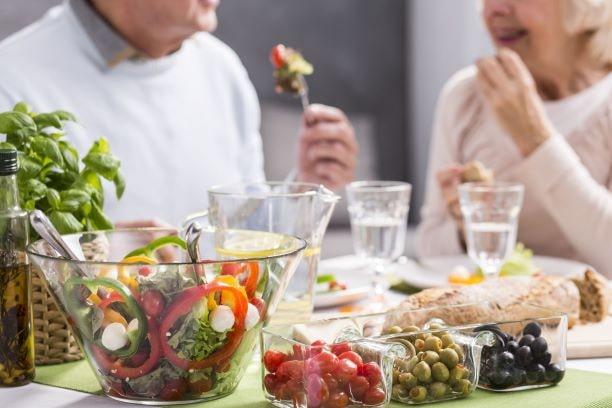 Ernährung spielt eine wichtige Rolle in der Prävention von Alzheimer-Demenz.
