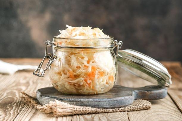 Sauerkraut schmeckt nicht nur lecker. Es enthält Präbiotika, die unserer Darmflora helfen, das Gleichgewicht zu halten.