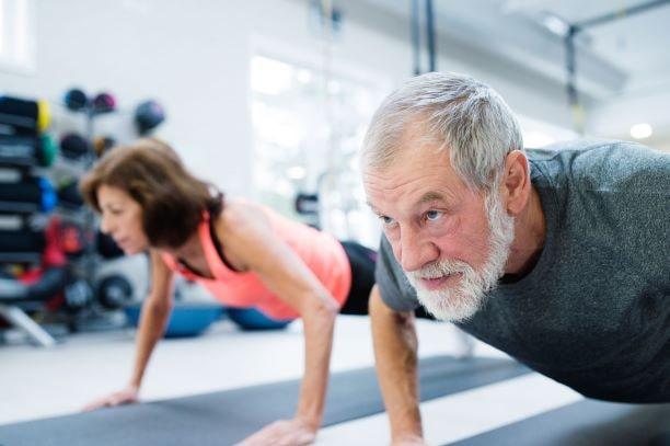 Krafttraining ist auch im Alter empfohlen, um Sarkopenie vorzubeugen.