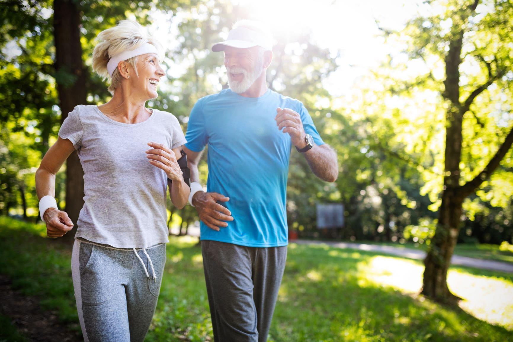 Wer im mittleren Lebensalter regelmäßig Sport treibt, senkt sein Risiko, später an Parkinson zu erkranken, um bis zu 40 Prozent.