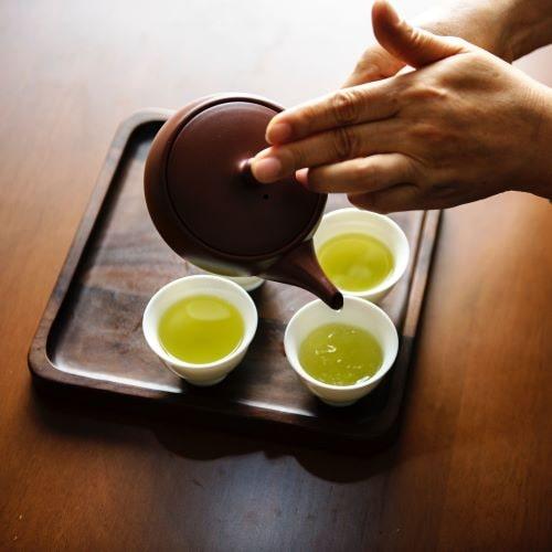 Epigallocatechingallat (EGCG) aus dem grünen Tee kann die Konzentration verbessern.