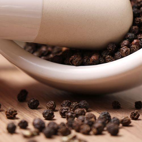 Piperin aus dem schwarzen Pfeffer sorgt in neurofelixir® für eine höhere Bioverfügbarkeit der Polyphenole.