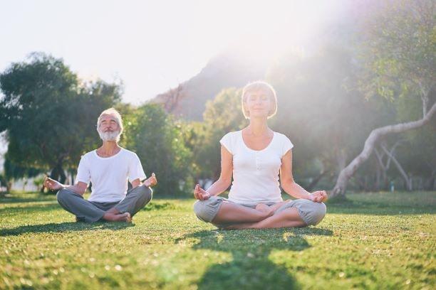 Neben einer Ernährung reich an Polyphenolen ist Stressbewältigung durch Sport und Entspannung ein wichtiger Bestandteil der Behandlung von Burnout.