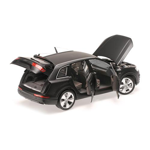 AUDI Q7 - 2015 - MATT BLACK (6 OPENINGS) 1:18 Minichamps 110014001 – Bild 4